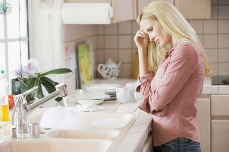 blonde woman standing over sink e1479919332475 - Desentupidor de esgoto Guarulhos